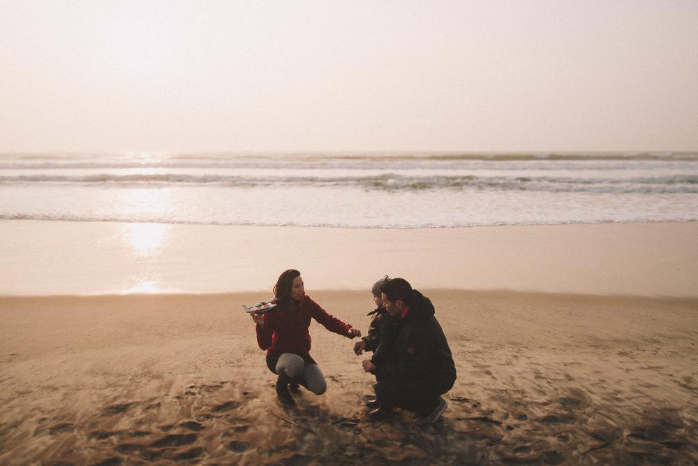 La famille joue sur le sable.