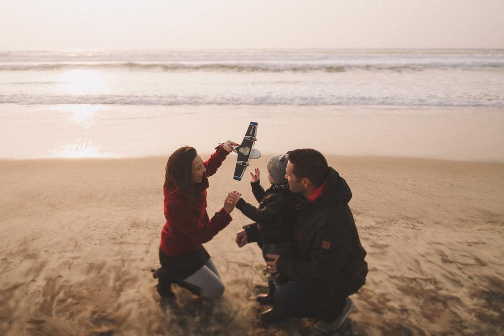 Jeux sur le sable, au coucher du soleil, pour cette petite famille.