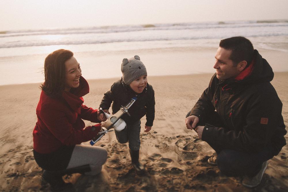 Jeux et fous rires pour cette famille photographiée à Biscarrosse par Jérémy Boyer.