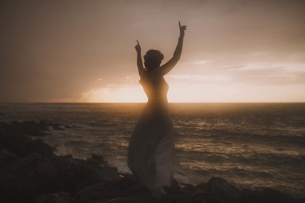 Mariée devant le coucher de soleil sur la plage de Guethary, dans le pays basque.