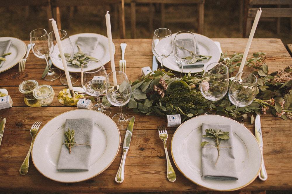 Décoration de repas sur cette table en bois, photo par Jérémy Boyer, en Dordogne pas loin de Bordeaux.