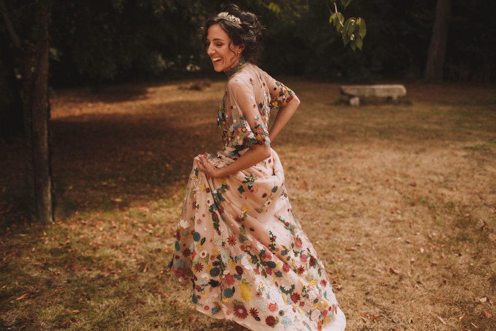 Photographe mariage Bordeaux, la mariée danse dans sa robe de mariage unique.