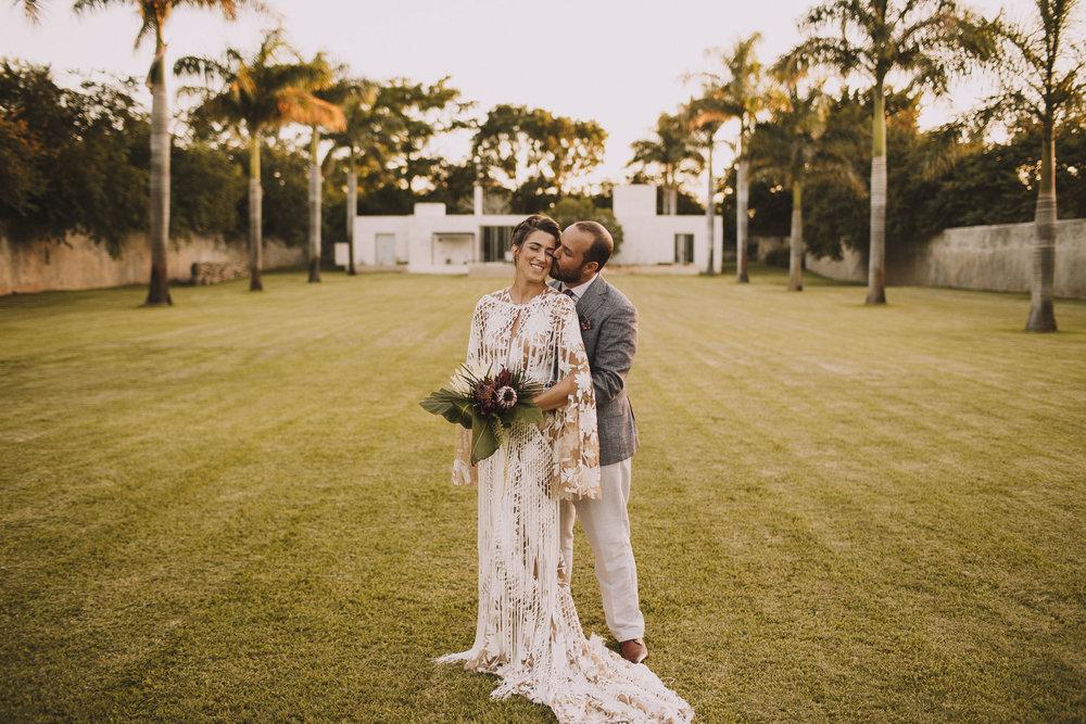 Photo de couple pleine d'amour ou le marié embrasse la mariée.