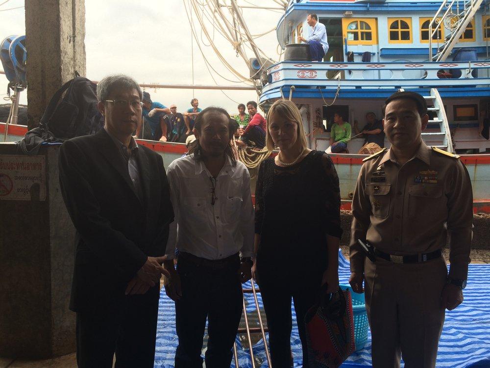 General direktören för fiskedepartmentet, Labour rights movement och general från flottan i hamnen efter inspektion av båten i bakgrunden