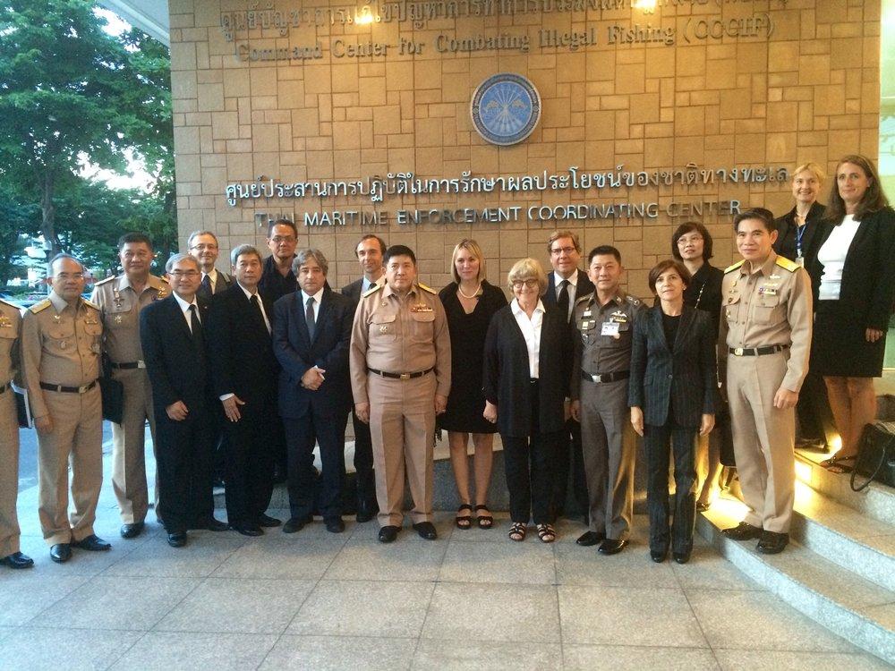 EU-delegation med den thailändska flottan utanför det nyinrättade command-centret för att bekämpa illegalt fiske