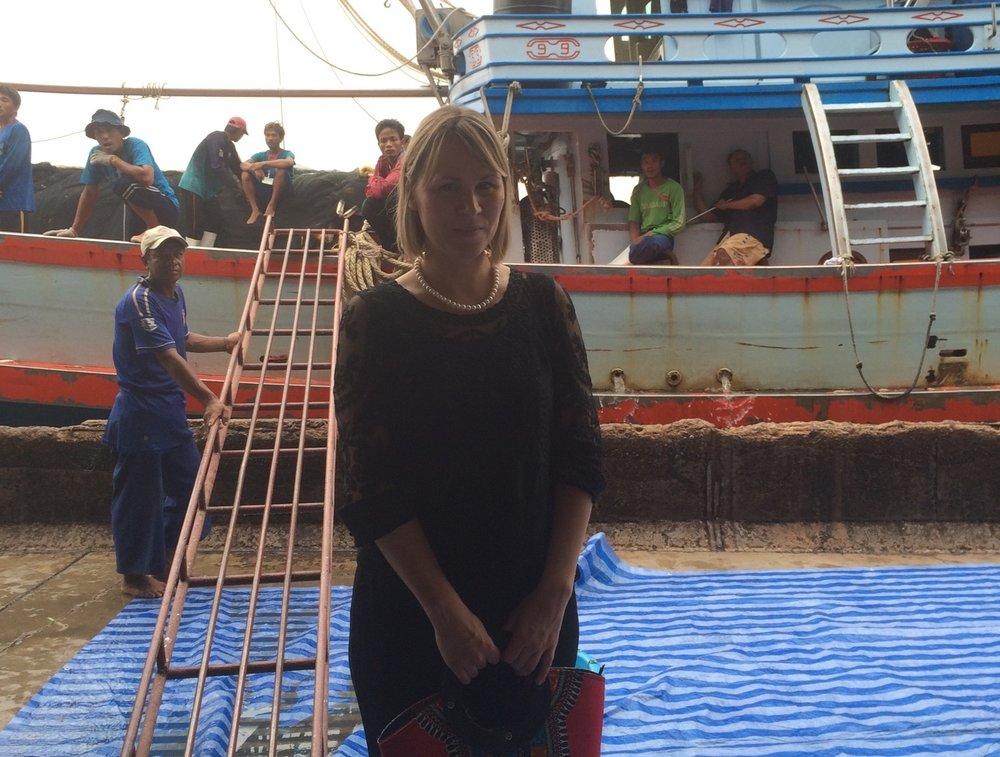 36 man arbetar på en typisk thailändsk träbåt, hamnen Samut sakhorn