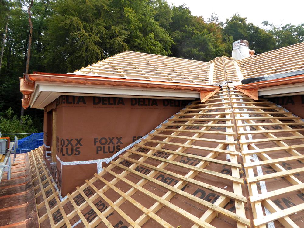 Dachflächen, bereit für die Schiefereindeckung