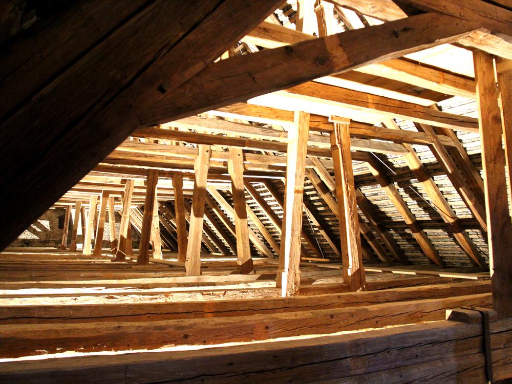 Ausschnitt Dachstuhl über Kirche