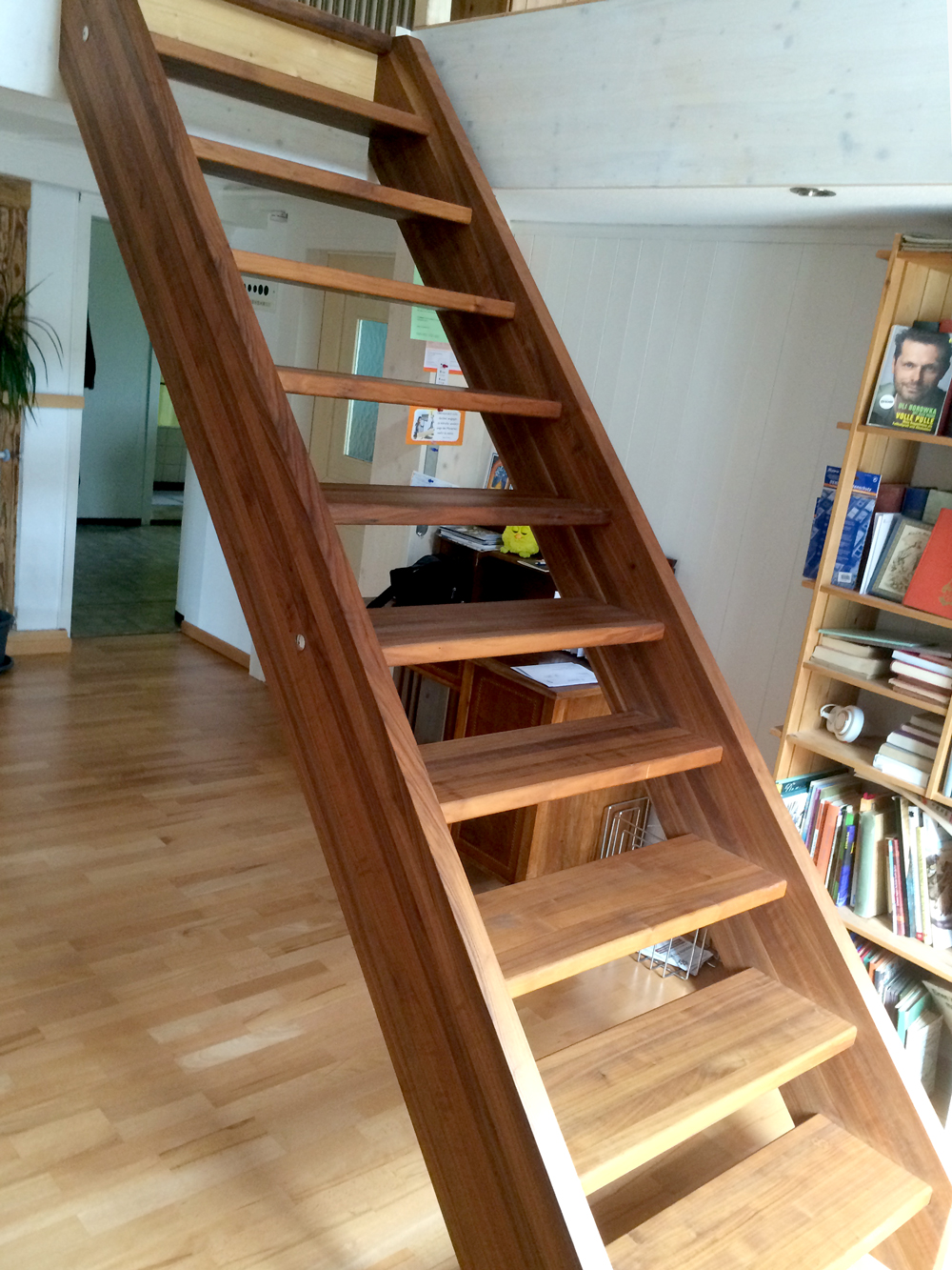 Treppe Nussbaum, im bestehenden Wohnhaus