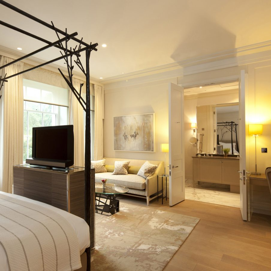 ascot-coworth-park-mansion-house-deluxe-room-bedroom-2-square-904x904.jpg