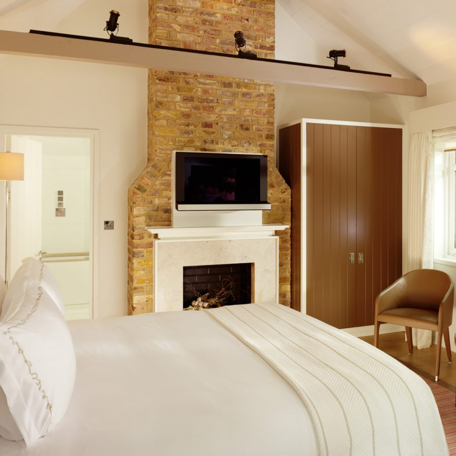 ascot-coworth-park-stable-deluxe-room-Bothy-bedroom-square-904x904.jpg