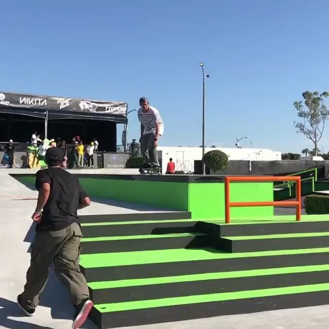 Long Beach @dewtour qualifiers happening today ! Get it @ryandecenzo and @davebachinsky 🤟🏻!! #dewtour #darkstarskate