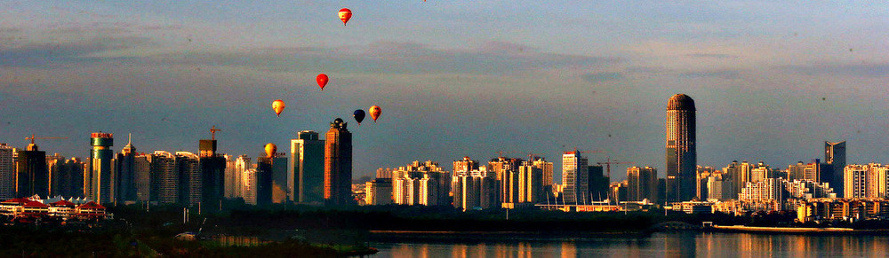 Hot air balloons fly across Qiongzhou St...Hot air balloons fly