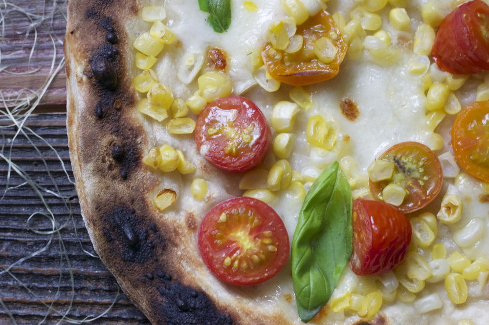 tomato and corn pizza