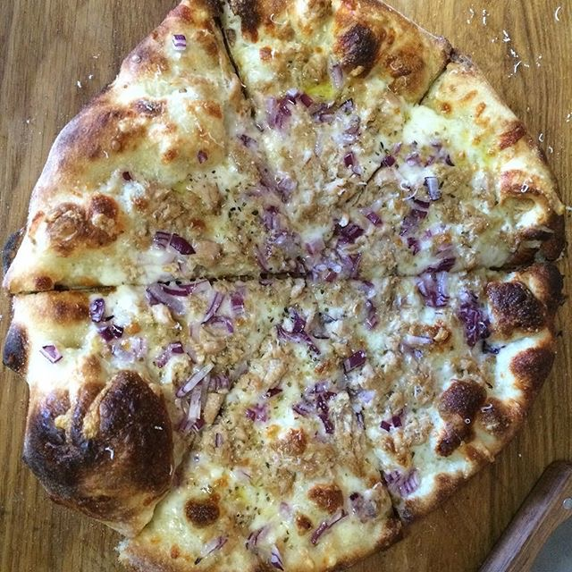 @justingwood - yellow fin tuna, red onion, fontina and a 72 hour dough on his #bakingsteel