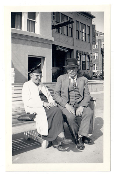 LongBeach1937CoupleOnBench