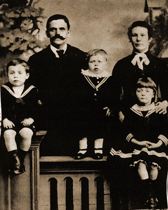 Charles & Mary Draisey Atkinson with Benjamin, William & Martha. Likely taken before they left Nelson for Australia.