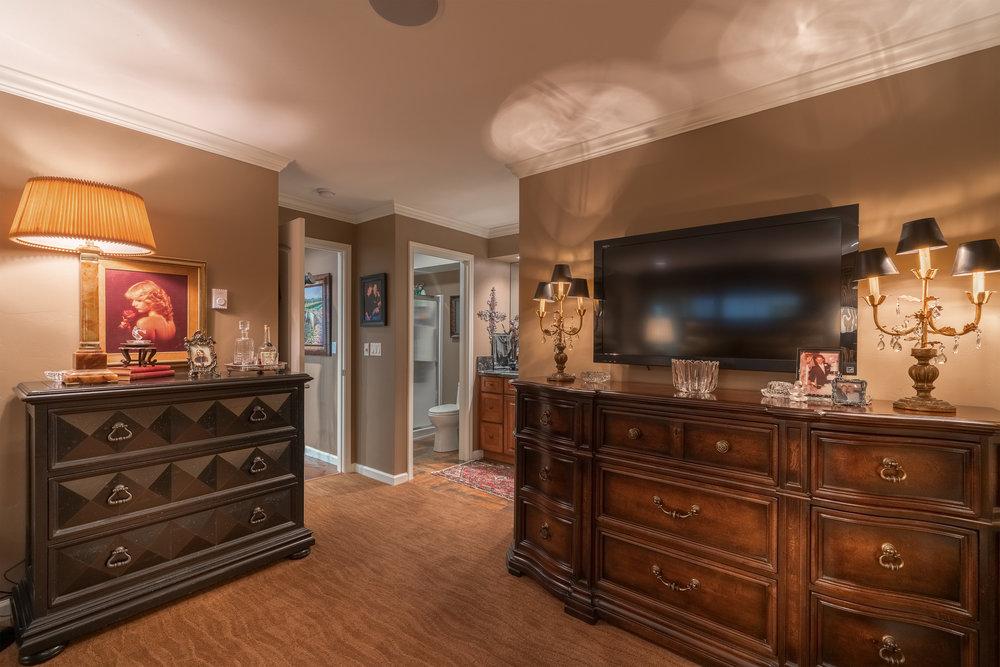 13Master Bedroom.jpg