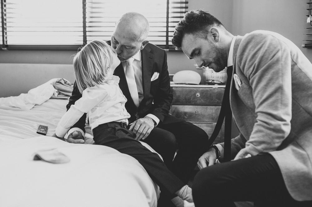 Bruidegom geeft zoontje een kus