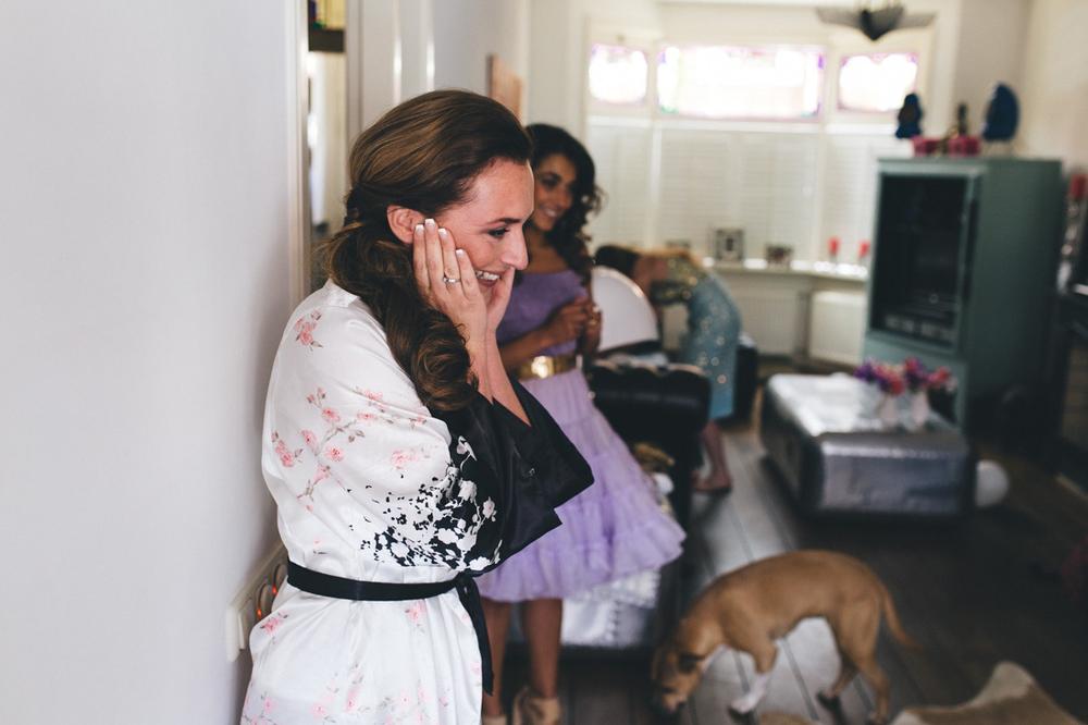 Bruid ziet haar dochter in trouwjurk