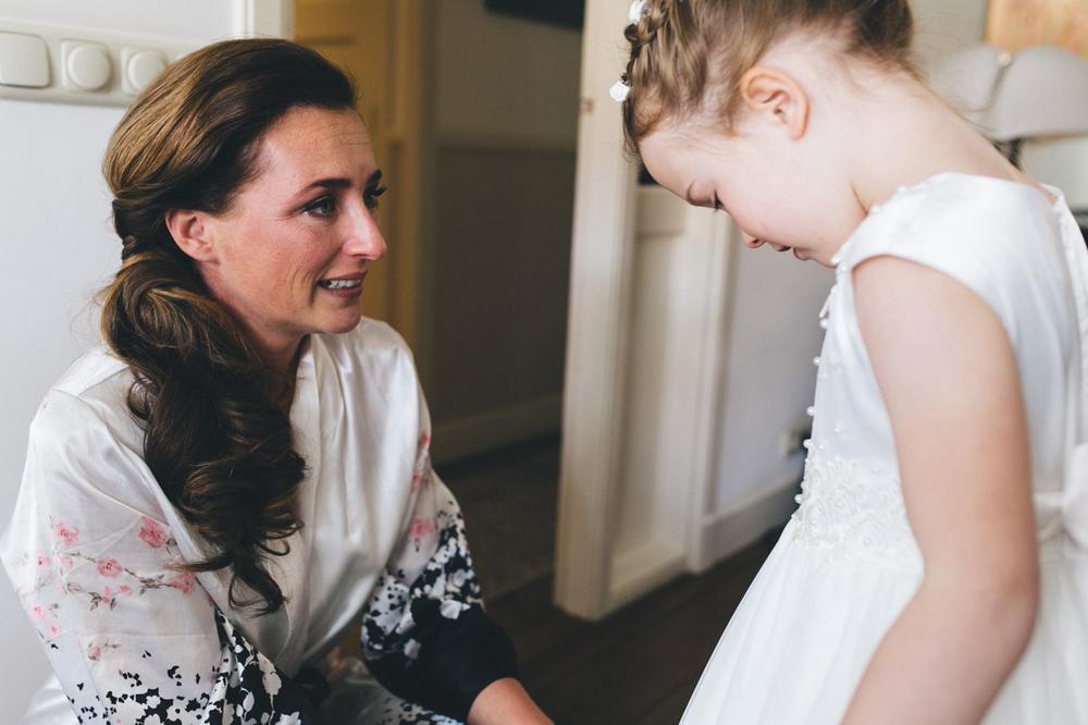 Bruid ziet haar dochter in trouwjurk door bruidsfotograaf den ha