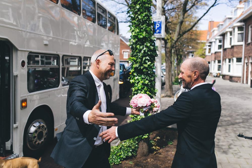 De vader van de bruid en de bruidegom zien elkaar voor het eerst