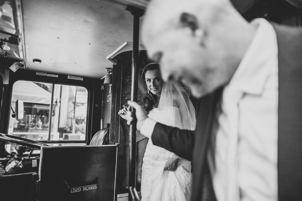 Bruid loopt de trap af in de londonse dubbeldekker