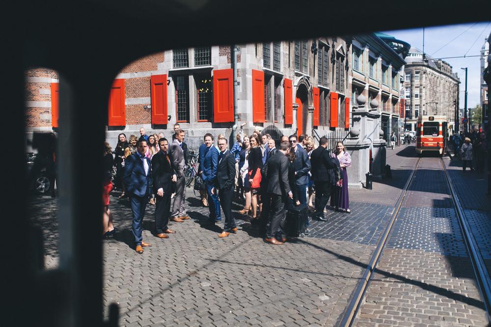 Aankomst bruidspaar stadhuis met dubbeldekker bus in den haag