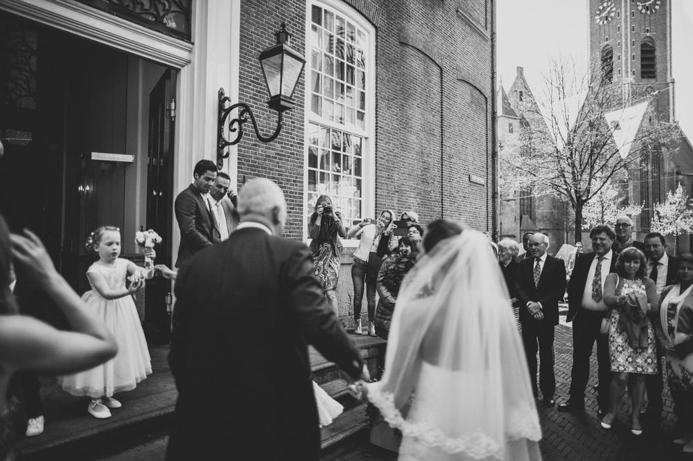 Bruidspaar komt aan bij het stadhuis in den haag door trouwfotog
