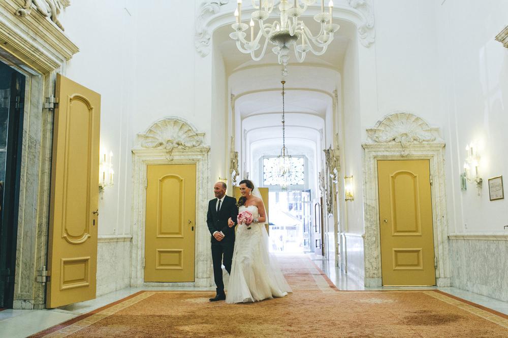 bruidegom en vader stadhuis den haag door bruidsfotograaf den ha