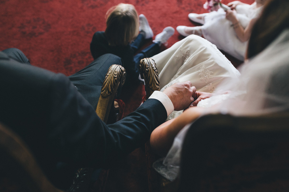 intiem moment tijdens ceremonie stadhuis den haag door bruidsfot