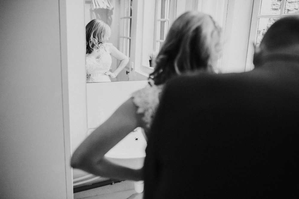 Bride and groom getting ready in the center of leiden at suite 2