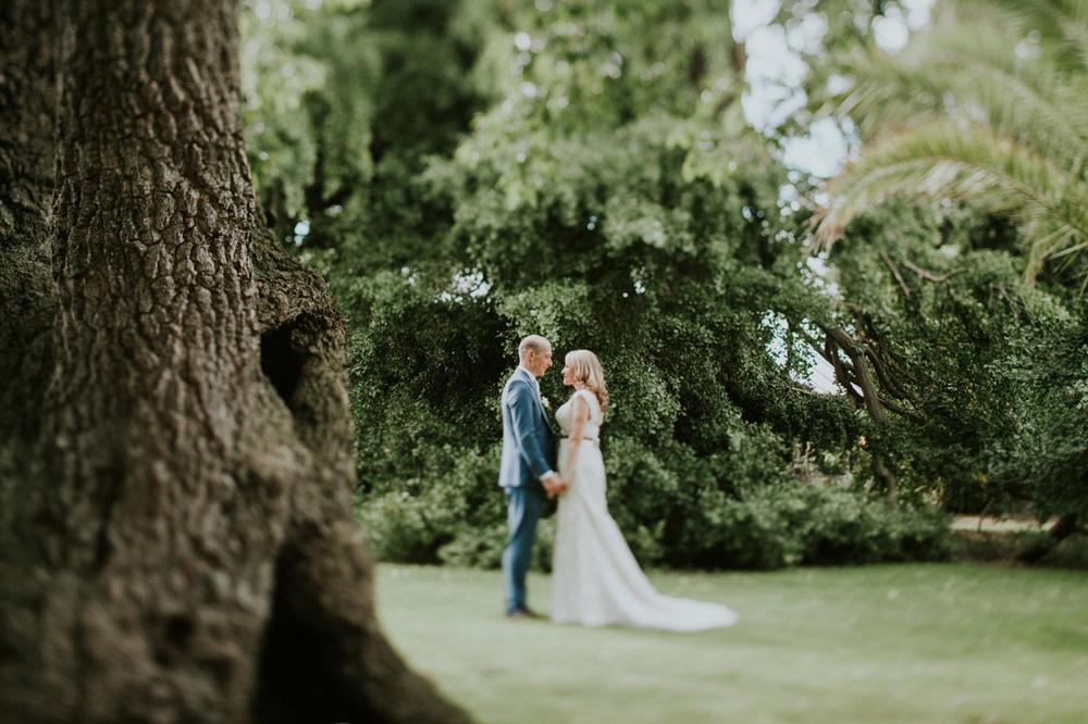 weddingshoot in the garden of hortus botanicus leiden