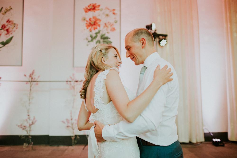 wedding dance in orangerie at hortus botanicus leiden