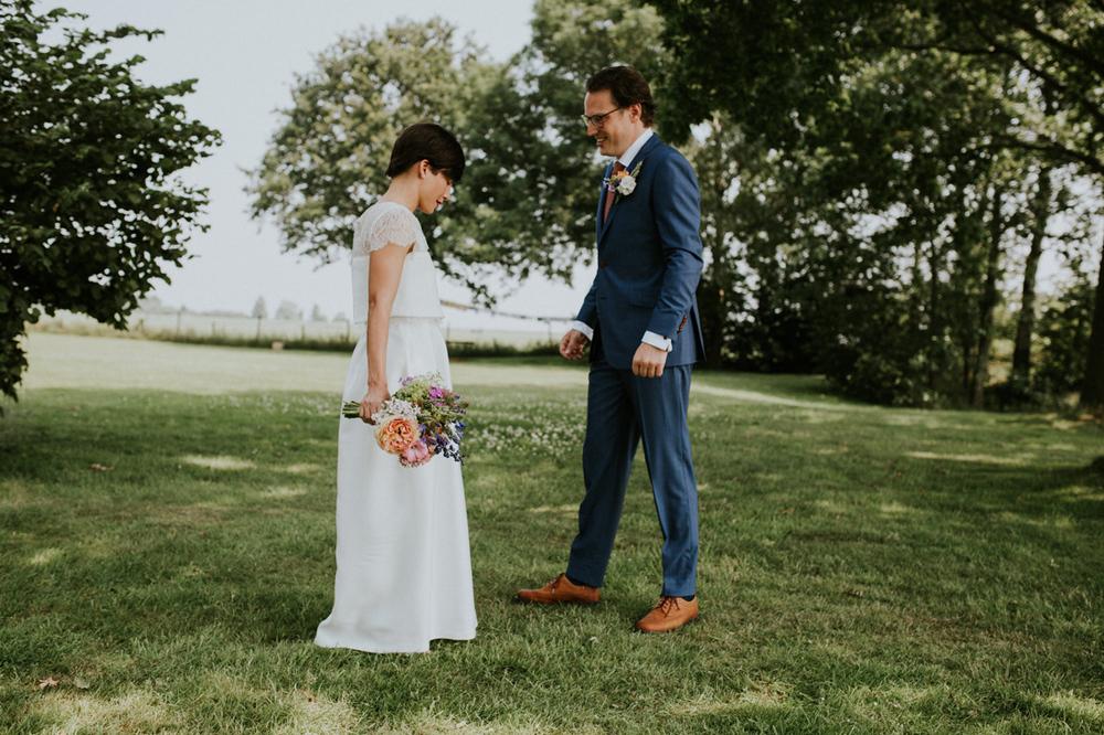 de first look van de bruid en bruidegom bij it flinkeboskje
