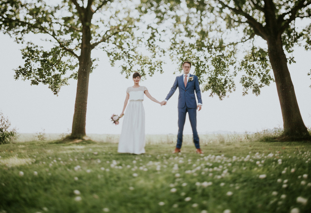 great and easy posing tip for wedding couples, holding hands is
