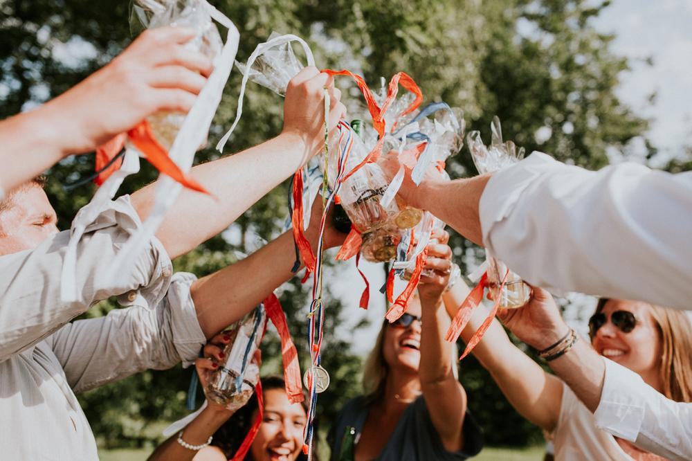 winnaars op de bruiloft met ouderwets spelletjes spelen