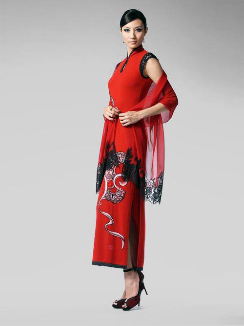 輝盟 Free East   楊莉莉青花×Free East 合作新裝,於春夏新裝發表會展出。