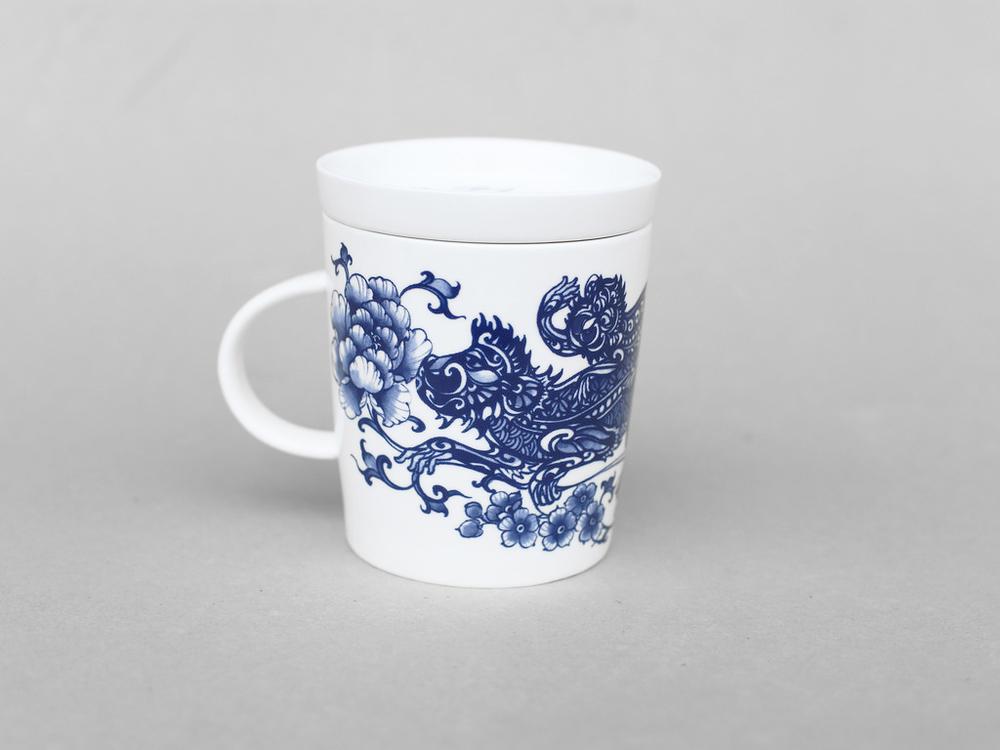輩輩封侯圖,小猴在大猴背上,傳統寓意為代代為仕,加官晉爵。   楊莉莉青花:猴生肖杯 - 輩輩封侯   尺寸(直徑 x 直徑 x 高):10.0 x 6.5 x 10.4 cm 材質:陶瓷 產地:台灣 包裝:青花藍白紙盒 建議售價:690 元 庫存狀態:正常供應