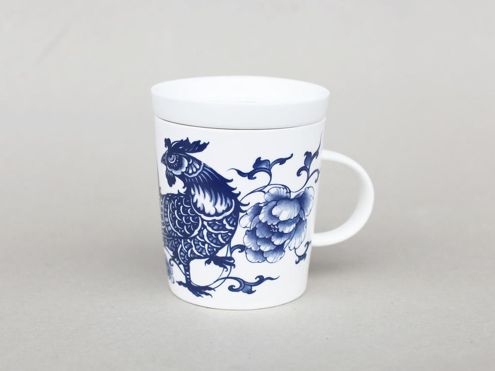 富貴大吉,雞與吉諧音,以富貴寓意的牡丹作為邊襯。   楊莉莉青花:雞生肖杯 - 富貴大吉   尺寸(直徑 x 直徑 x 高):10.0 x 6.5 x 10.4 cm 材質:陶瓷 產地:台灣 包裝:青花藍白紙盒 建議售價:690 元 庫存狀態:已售完