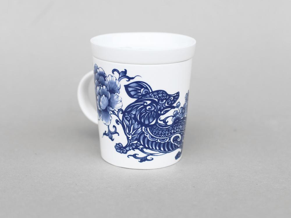 旺旺來福,旺旺的叫聲,俗話說狗來富,就是為家裡帶來富裕及福氣。   楊莉莉青花:狗生肖杯 - 旺旺來福   尺寸(直徑 x 直徑 x 高):10.0 x 6.5 x 10.4 cm 材質:陶瓷 產地:台灣 包裝:青花藍白紙盒 建議售價:690 元 庫存狀態:正常供應