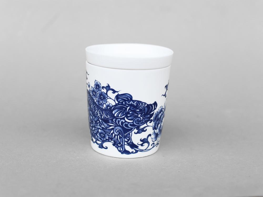 諸事平安,福態的小豬造型,相信所有事情都能順利平安。   楊莉莉青花:豬生肖杯 - 諸事平安   尺寸(直徑 x 直徑 x 高):10.0 x 6.5 x 10.4 cm 材質:陶瓷 產地:台灣 包裝:青花藍白紙盒 建議售價:690 元 庫存狀態:即將缺貨
