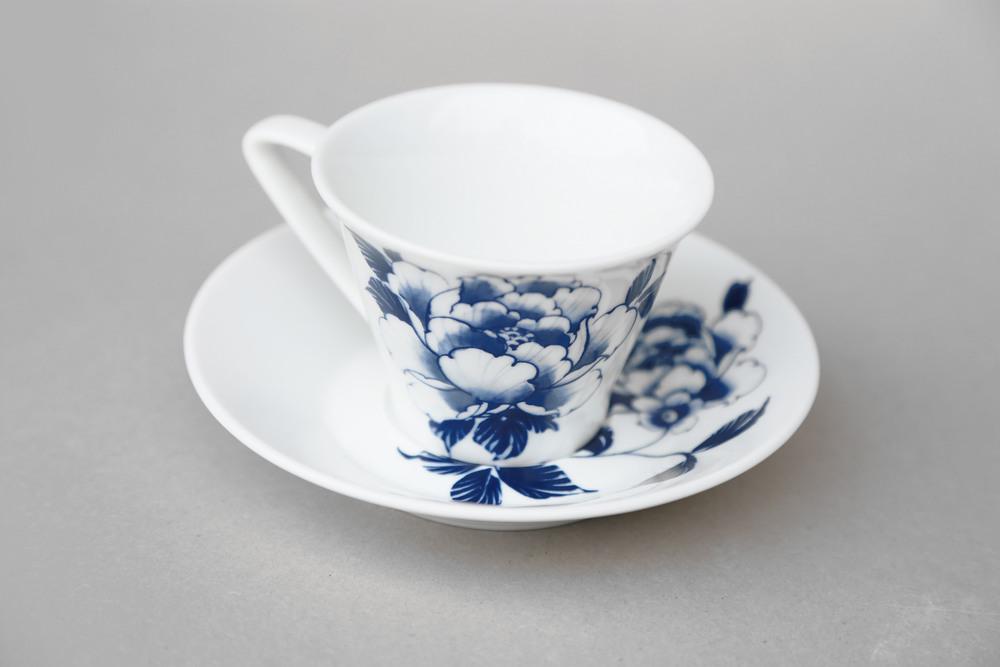 全新白瓷製作,把手設計三角壓扣,不易直接碰觸高熱,更為安全。  以經典牡丹襯脫高級質感,期待忙碌於家庭與辦公室之間的現代人,也能享受品茗的古典情致。   楊莉莉青花:午後茶杯組   尺寸(長 x 寬 x 高): 盤體:15.5 x 15.5 x 2.5 cm 杯體:8.5 x 8.5 x 7.0 cm 容量:200 ml 材質:陶瓷 產地:台灣 包裝:棕黃牛皮紙盒 建議售價:590 元 庫存狀態:正常供應