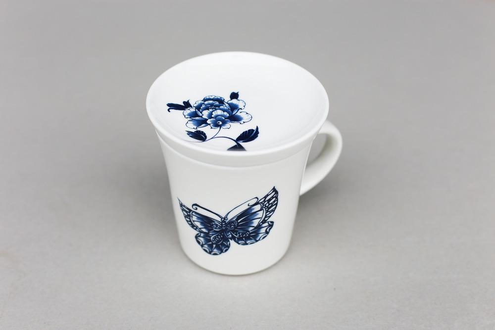 一杯一蓋造型,點綴上蝴蝶牡丹圖案,充份展現青花瓷的簡潔經典。適合在下午茶時間,在杯中盛滿咖啡,在蓋上放幾塊餅乾,享受悠閒的午後。   楊莉莉青花:點心杯組   尺寸(直徑 x 直徑 x 高):10.0 x 6.5 x 10.4 cm材質:陶瓷 產地:台灣 包裝:棕黃牛皮紙盒 建議售價:590 元 庫存狀態:正常供應