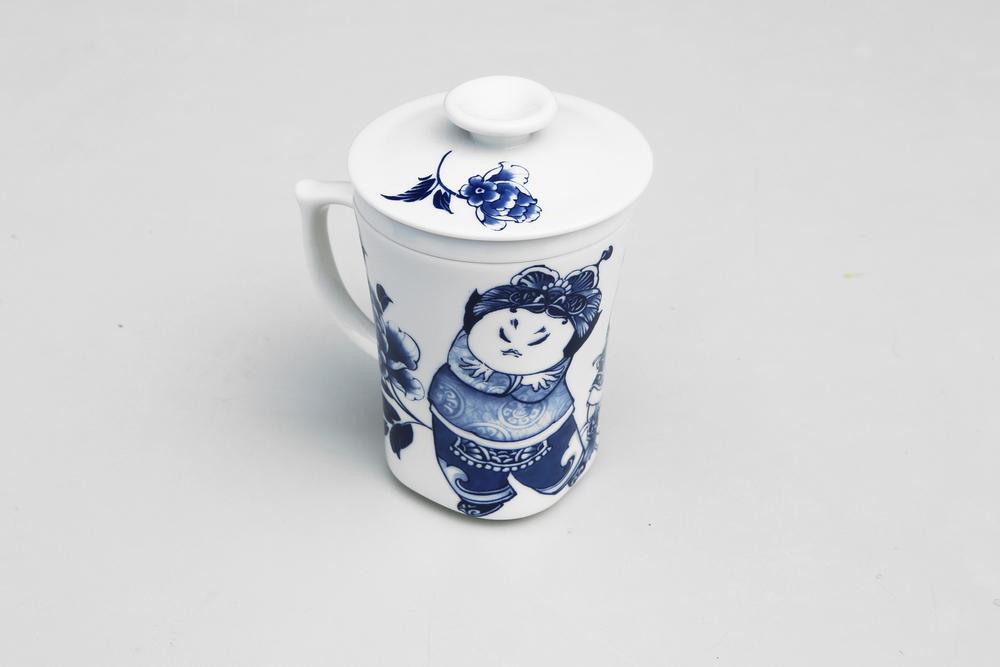 杯身、杯蓋、濾心,皆以陶瓷打造,把手上設計一指壓扣,更顯貼心與安全,  最經典的青花牡丹圖案,期待經常忙碌於家庭與辦公室之間的現代人,也能享受品茗的古典情致。   楊莉莉青花:三件式濾杯 - 童戲圖   尺寸(直徑 x 直徑 x 高):7.0 x 7.0 x 12.0 cm 容量:300 ml 材質:陶瓷 產地:台灣 包裝:青花藍白紙盒 建議售價:790 元 庫存狀態:等待進貨