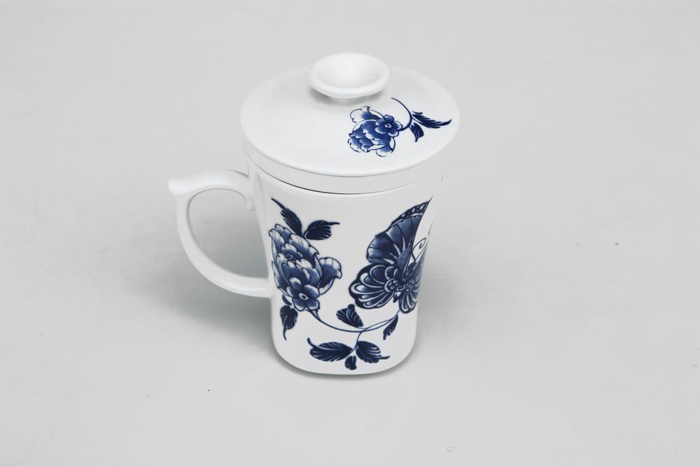 杯身、杯蓋、濾心,皆以陶瓷打造,把手上設計一指壓扣,更顯貼心與安全。  最經典的青花牡丹圖案,期待經常忙碌於家庭與辦公室之間的現代人,也能享受品茗的古典情致。   楊莉莉青花:三件式濾杯 -  舞蝶花開   尺寸(直徑 x 直徑 x 高):7.0 x 7.0 x 12.0 cm 容量:300 ml 材質:陶瓷 產地:台灣 包裝:青花藍白紙盒 建議售價:790 元 庫存狀態:即將缺貨