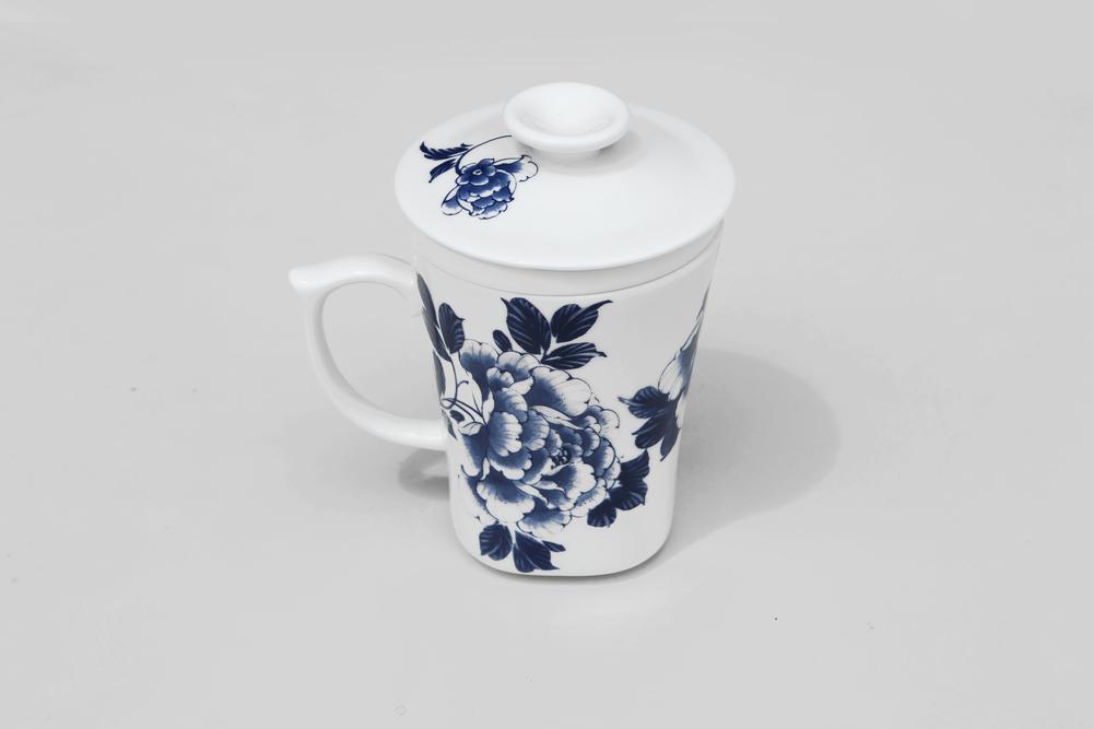 杯身、杯蓋、濾心,皆以陶瓷打造,把手上設計一指壓扣,更顯貼心與安全。  最經典的青花牡丹圖案,期待經常忙碌於家庭與辦公室之間的現代人,也能享受品茗的古典情致。   楊莉莉青花:三件式濾杯 -  富貴如意   尺寸(直徑 x 直徑 x 高):7.0 x 7.0 x 12.0 cm 容量:300 ml 材質:陶瓷 產地:台灣 包裝:青花藍白紙盒 建議售價:790 元 庫存狀態:即將缺貨