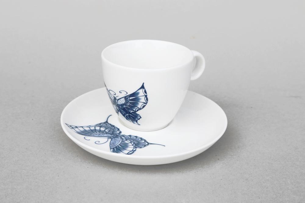 優雅簡潔的設計,點綴優雅的白底藍花,是青花瓷最純粹的表達方式。從中品味咖啡,讓您靈感創意滿滿。   楊莉莉青花:經典咖啡杯組   尺寸(長 x 寬 x 高): 盤體:15.5 x 15.5 x 2.5 cm 杯體:8.5 x 8.5 x 7.0 cm 容量:200 ml 材質:陶瓷 產地:台灣 包裝:棕黃牛皮紙盒 建議售價:590 元 庫存狀態:即將缺貨