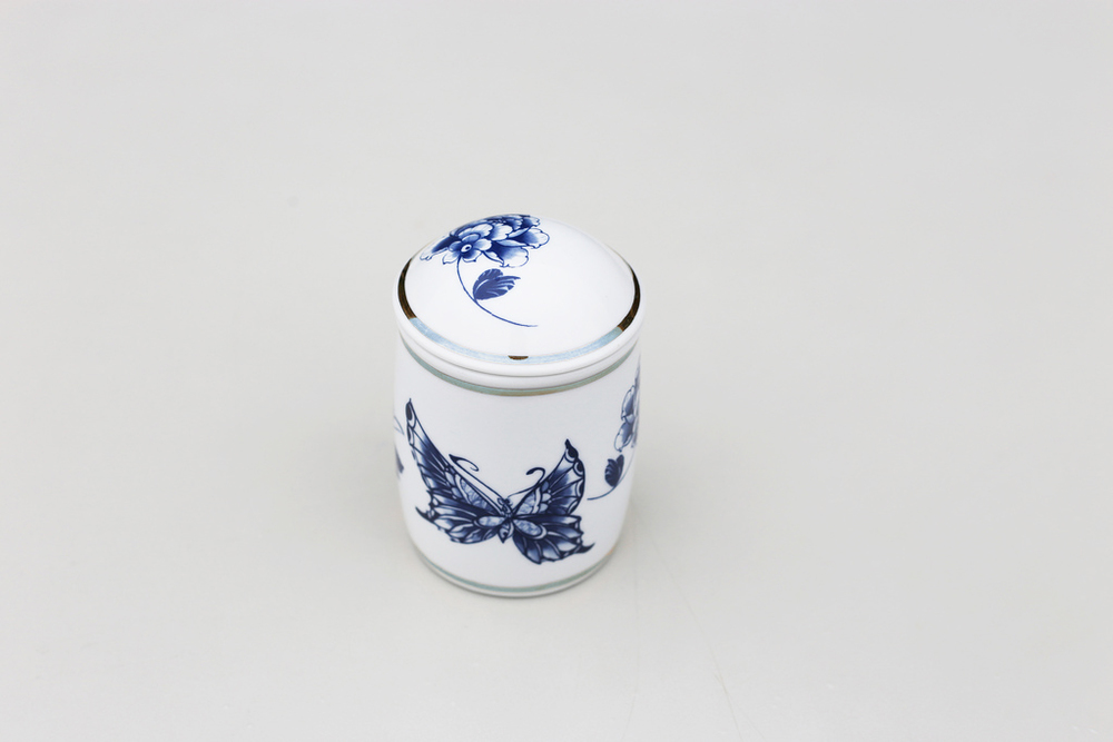 本茶葉罐可裝四兩茶葉(約150克),其密封式的罐身也可當茶杯之用。隨附束口布套一只,可裝入布套方便攜帶。不限於形式與環境,隨時隨地享受品茗的閒情逸致。   楊莉莉青花:銀邊茶葉隨行罐   尺寸(直徑 x 直徑 x 高):6.0 x 6.0 x 10.0 cm容量:150 ml 材質:陶瓷 產地:台灣 包裝:紅黑禮盒 建議售價:990 元 庫存狀態:正常供應