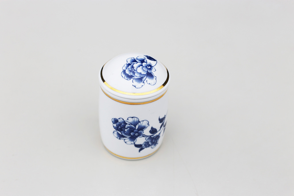 本茶葉罐可裝四兩茶葉(約150克),其密封式的罐身也可當茶杯之用。隨附束口布套一只,可裝入布套方便攜帶。不限於形式與環境,隨時隨地享受品茗的閒情逸致。   楊莉莉青花:金邊茶葉隨行罐   尺寸(直徑 x 直徑 x 高):6.0 x 6.0 x 10.0 cm容量:150 ml 材質:陶瓷 產地:台灣 包裝:紅黑禮盒 建議售價:990 元 庫存狀態:正常供應